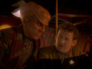 Quark ist froh über den Aufbruch der Klingonen