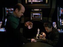 Der Doktor und Kim untersuchen Sevens Leichnam