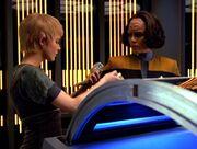 Kes und Torres untersuchen ein Gelpack