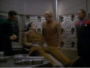 Sisko und Odo befragen Garak auf Krankenstation