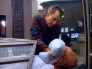 Trazko drückt Quark Kissen ins Gesicht