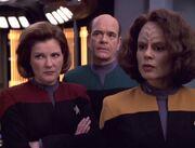 Janeway, Torres und der Doktor besprechen auf der Krankenstation die Freisetzung des Virus