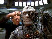 Der Doktor untersucht einen Borg