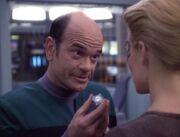 Der Doktor gibt Seven of Nine einen Kortikalmonitor