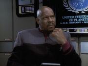 Sisko wird von Bashir über Cusak informiert
