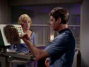 McCoy sucht ein Heilmittel gegen Tränen der Elasianer