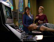Der Doktor arbeitet in Sevens Körper mit Jaryn