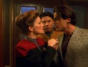Janeway wird im Chez Sandrine begrüßt