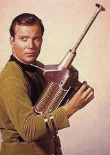 Kirk avec un fusil phaser