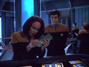 Torres und Vorik untersuchen Daten über den Dämon-Planeten
