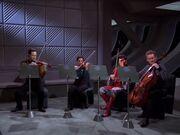 Data und Miles spielen in einem Streicherquartett