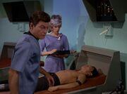 McCoy behandelt Sulu