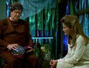 Jor Brel spielt auf Instrument für Janeway