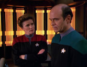 Janeway fragt den Doktor nach seinen Wünschen