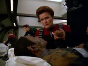 Janeway trifft im Kasino auf den schwer verletzten Tuvok