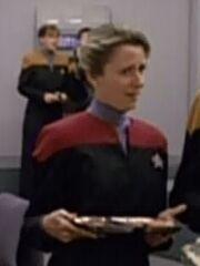 Besatzungsmitglied der USS Voyager mit einem Tablett im Kasino 2372