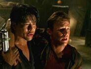 Harry Kim stützt Tom Paris
