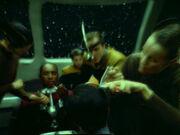 Seven entdeckt die Fremden an Bord