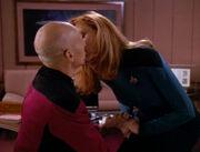 Picard und Crusher küssen sich