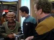 Quark setzt für O'Brien und Bashir einen Kampf an