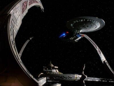 USS Enterprise dockt an Deep Space 9