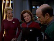 Der Doktor erklärt Seven und Janeway Ichebs Zustand