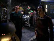 Kejal zeigt dem Doktor den Photonischen Feldgenerator