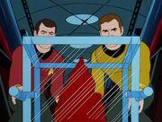 Kirk und Scott untersuchen eine Probe der kosmischen Wolke