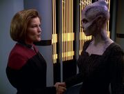 Janeway begrüßt Jhet'leya in der Crew