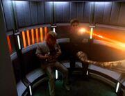 Janeway feuert im Turbolift auf den angreifenden Makrovirus