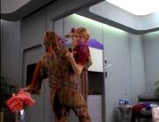 Neelix bringt Kes auf die Krankenstation