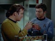 Kirk und McCoy trinken zusammen