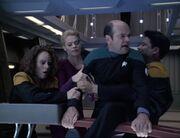 Seven, Torres und Kim hindern den Doktor daran den Warpkern auszustoßen