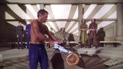 Archer benutzt eine Kettensaege