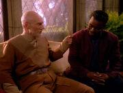 Picard berichtet La Forge über die Anomalie