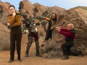 Sheldon, Howard, Raj und Leonard kostümiert