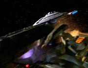 Die USS Voyager greift das Raumschiff der Hirogen an