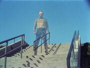 Kirk materialisiert auf einer Treppe
