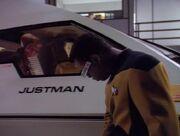 La Forge untersucht das Shuttle Justman