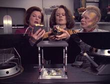 Janeway und Torres entdecken eine Fehlfunktion im Replikatorsystem