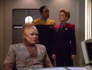 Janeway und Tuvok erzählen Neelix eine Geschichte warum Paris das Schiff verlässt