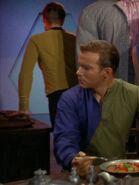 Kirk blickt seinem Duplikat nach