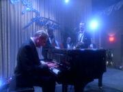 Odo ausgelassen am Klavier
