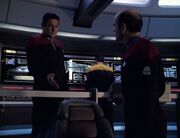 Chakotay lässt den Doktor sich auf den Stuhl des Captains setzen