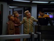 Neelix zeigt Dexa und Brax die Brücke