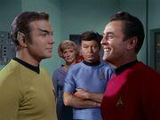 McCoy präsentiert Kirk als Romulaner