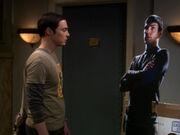 Sheldon mit dem falschen Papp-Spock