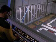 Geordi öffnet Tür von Shuttlehangar 2