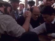 Armdrücken zwischen Harry Kim und Liam