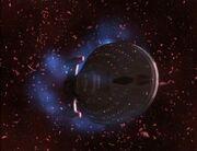 Die USS Voyager fliegt eine Rolle und lässt Plasmarückstände ab
